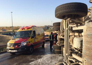 Rescatado un camionero que volcó en una salida de la M-50 en Valdemingómez