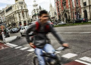 Un ciclista en el carril-bici de la calle de Alcalá.