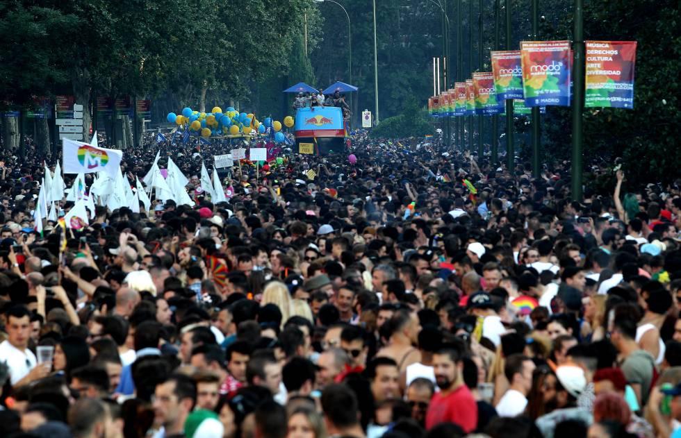 Miles de personas han acudido al desfile del Orgullo Gay.