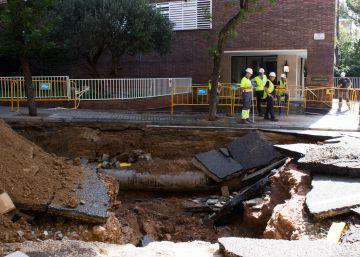 Un reventón de una tubería causa un socavón de tres metros en Barcelona