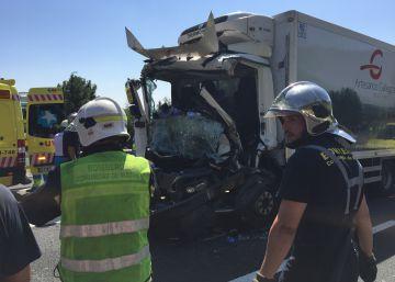Dos fallecidos en un choque entre dos camiones en la AP-6