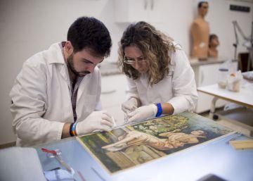 Técnicos en restauración de la Facultad de Bellas Artes de la Universidad de Sevilla utilizan la vejiga de esturión para restaurar obras.