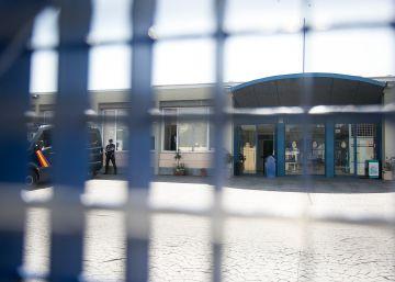 Colau estudia acciones penales contra Fernández Díaz por reabrir el CIE