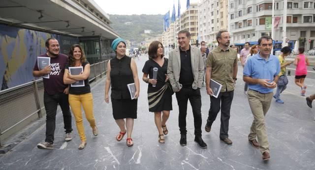 Arnaldo Otegi, junto a David Fernández, Nerea Idigoras, Oihana Etxbarrieta, Helena Franco, Unai Pascual e Iñigo Iruin.