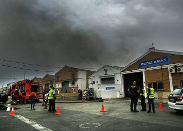 Columna de humo gigante por el incendio de una fábrica en Alboraya