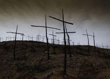 Un bombero crea un cementerio de cruces en el antiguo bosque de Òdena