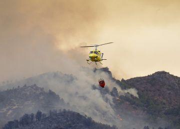 El incendio que afecta a la Serra d'Espadà, en Castellón, sigue sin control