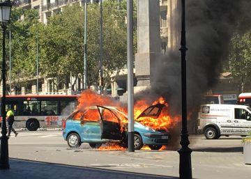 Un coche arde en plena Diagonal de Barcelona