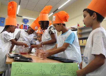 Niños en el taller de cocina del campamento de la Casa San Cristóbal, en el barrio de San Cristóbal de los Ángeles, ayer.