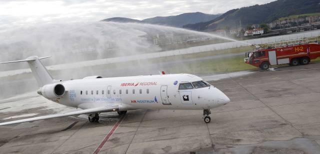 Los bomberos 'bautizan' el avión que realizará la ruta Hondarribia-Londres.