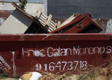 El cementerio de Móstoles tira féretros usados en un contenedor al aire libre