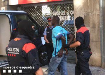 Siete detenidos en el mayor almacén del 'top manta': un piso de Barcelona