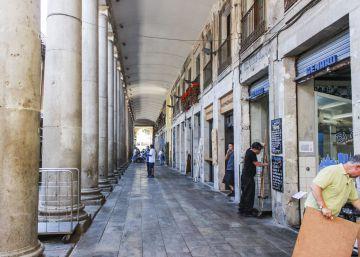 Los bares de La Boquería retan a Colau y reabren sus terrazas tras ser clausuradas