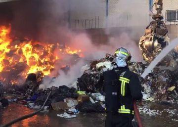 Arde el exterior de una planta de reciclaje de papel en Arganda