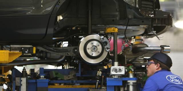 Un trabajador en la planta Ford de Almussafes (Valencia).