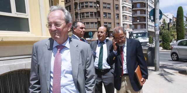 Montero, secretari de la CEC, al fondo con corbata verde.