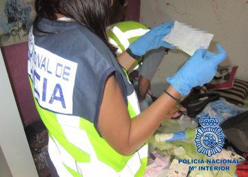 Los agentes en el registro de uno de los detenidos.