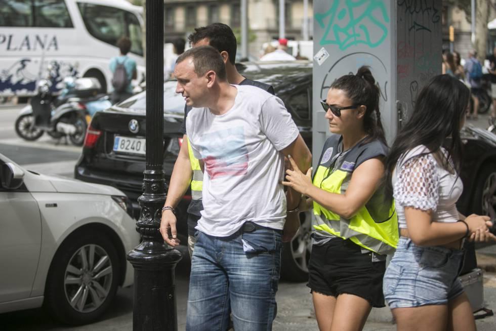 Uno de los detenidos tras el atraco a una joyería en paseo de Gràcia.