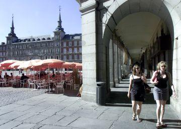La limpieza de grafitis deteriora el granito de la plaza Mayor