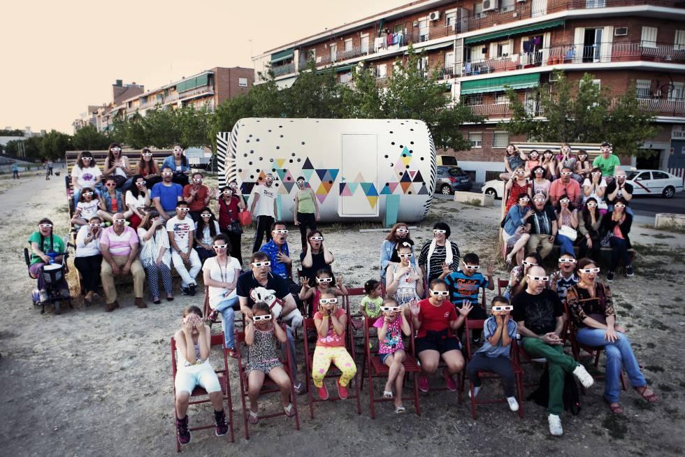 Un grupo de vecinos en el Cinema Usera.
