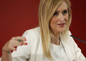 """Cifuentes: """"Sánchez se está dedicando a tomar el sol, bloqueando España"""""""