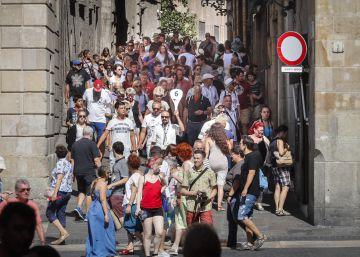 Una calle abarrotada de turistas junto a la plaza Sant Jaume, en el centro de Barcelona.