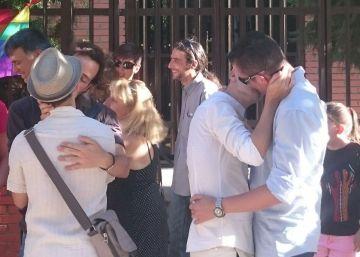 Unas 60 personas participan en una besada junto a la sede del Obispado de Getafe