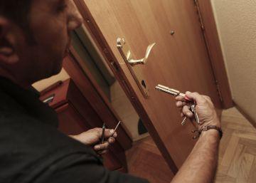 La policía y los cerrajeros alertan del incremento de robos en pisos