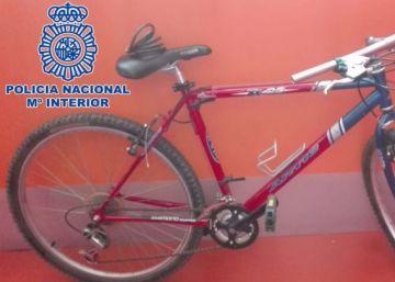 Un ladrón en bicicleta roja