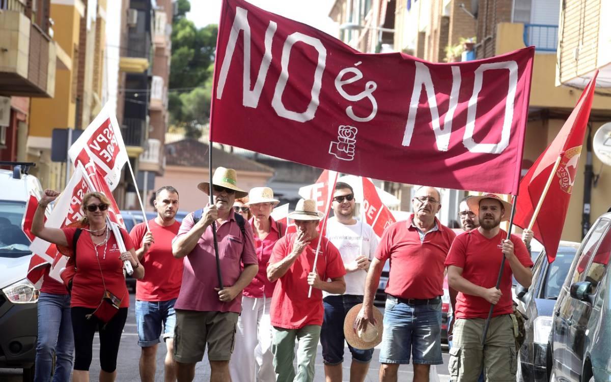 Militantes socialistas al inicio de la marcha en apoyo a Pedro Sánchez.