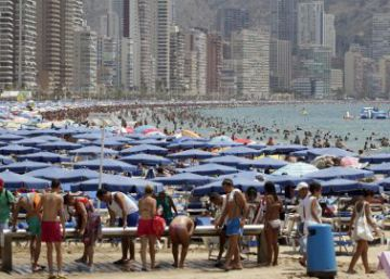 Una playa valenciana llena de turistas.