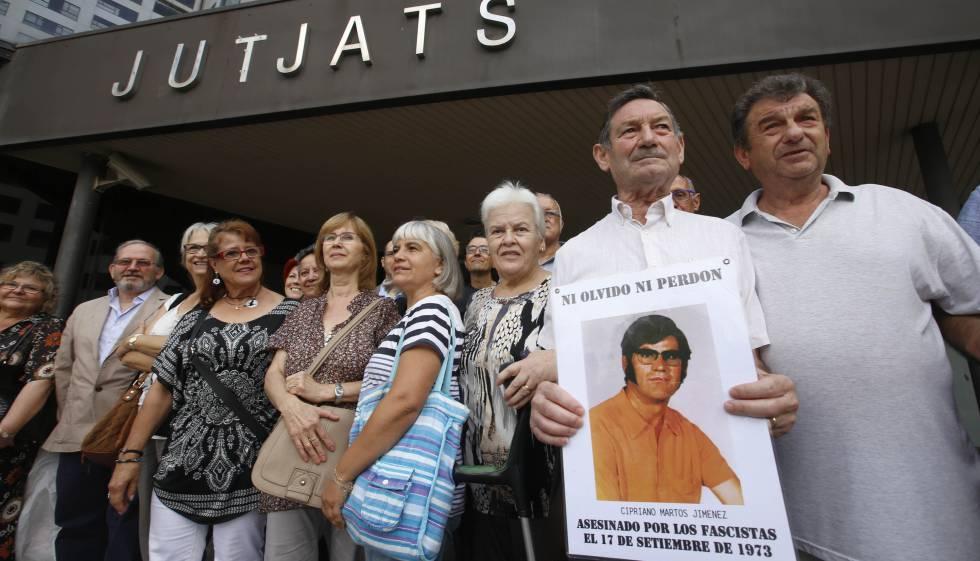 Antonio Martos sostiene una fotografía de su hermano delante de los juzgados de Sabadell.