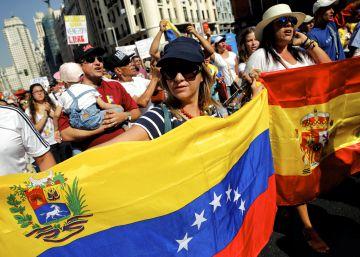 Cientos de personas marchan en Madrid por un referéndum revocatorio a Maduro