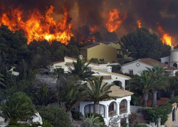 El incendio de Xàbia y Benitatxell fuerza el desalojo de 1.400 personas
