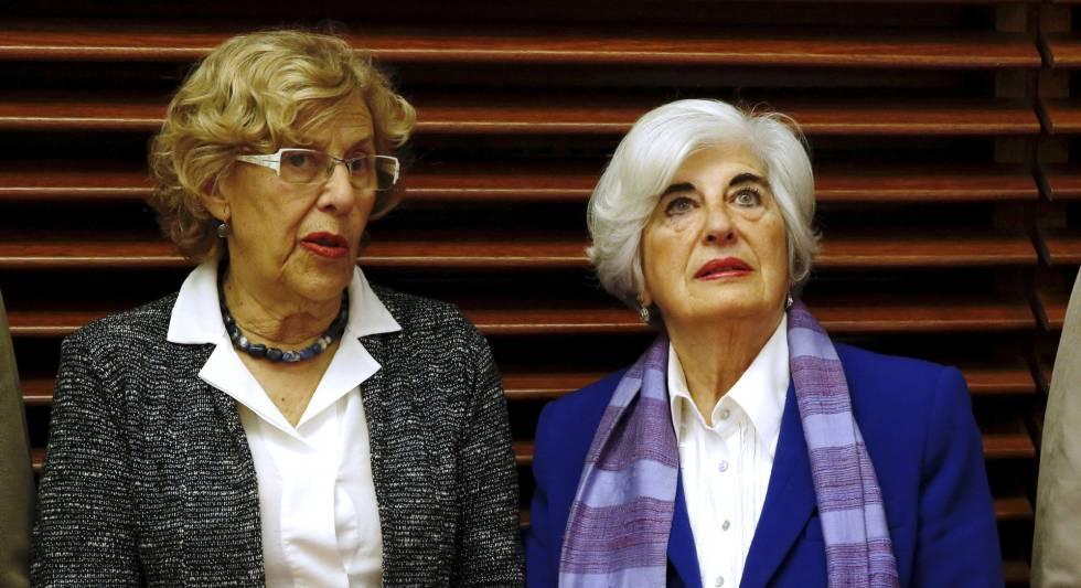 La alcaldesa Manuela Carmena (izquierda) y Francisca Sauquillo.
