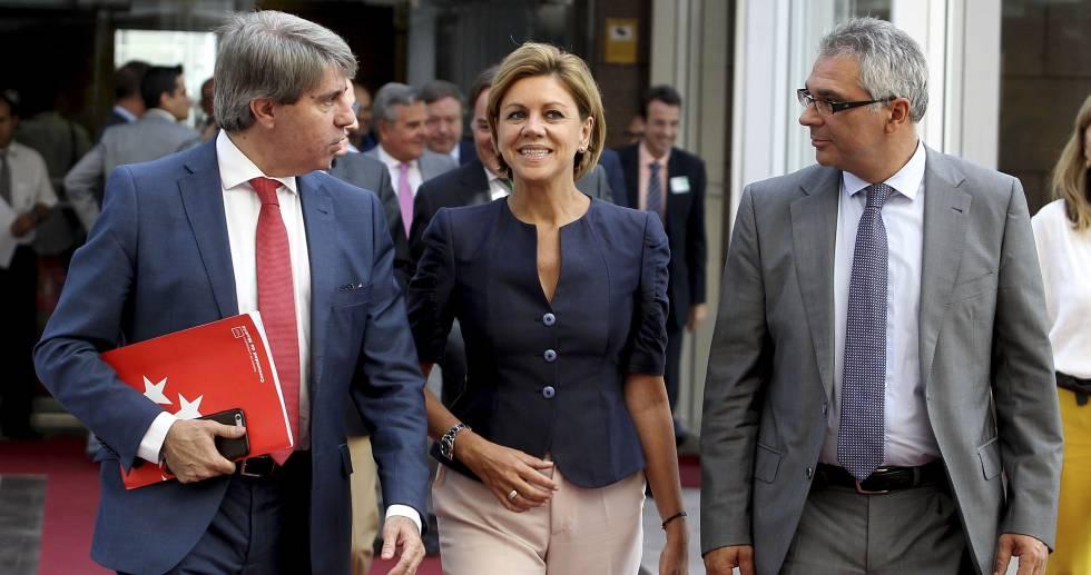 La secretaria general del PP, María Dolores de Cospedal, acompañada por el vicepresidente regional, Ángel Garrido (izquierda), y el consejero de Asuntos Sociales y Familia, Carlos Izquierdo.