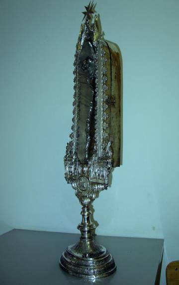 El estuche de plata (al alcanza los 91 centímetros) que conserva el relicario.