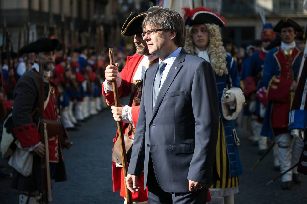 Carles Puigdemont junto a miembros de la Coronela y a los Miquelets.