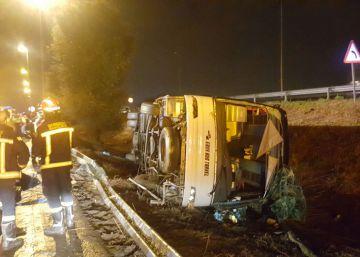 24 heridos al volcar un autobús de turistas en la Ronda Litoral