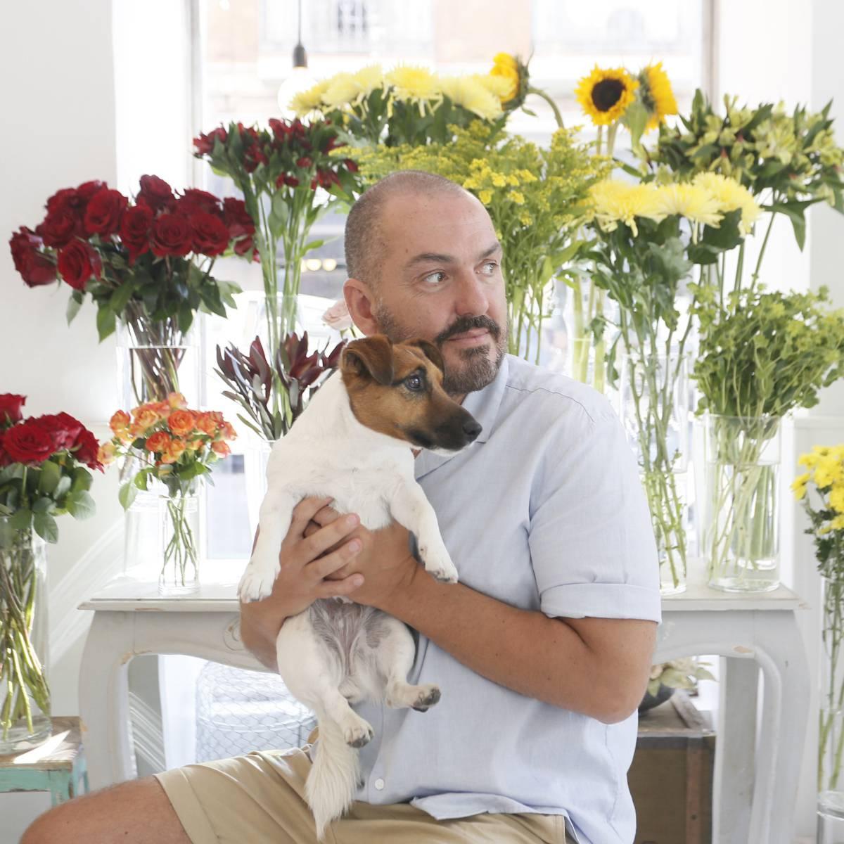 """El diseñador de moda Duyos posando en la floristería """"Margarita se llama mi amor""""."""