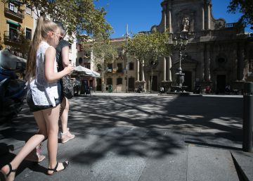 Colau borra el 'turista respeta o muere' de la Barceloneta