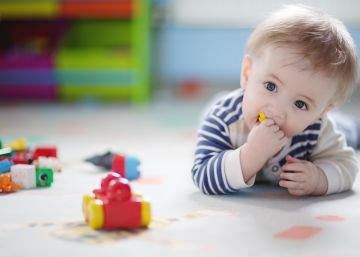 Salud activa un plan para detectar el síndrome del 'niño burbuja' en bebés