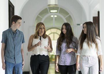 Díaz apoya a los estudiantes que recogen firmas contra las reválidas