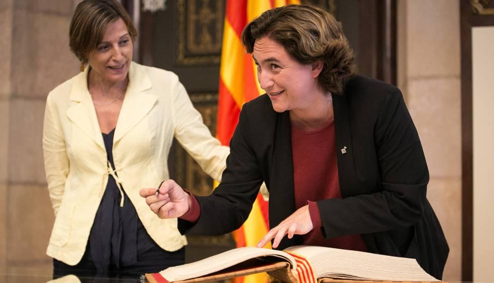 Colau y Forcadell, en la firma del libro del Parlament.