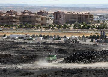 Madrid cubre de 'barniz' las cenizas de Seseña para evitar su dispersión