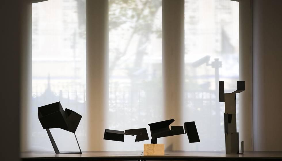 Tres de les 'caixes buides' d'Oteiza que poden veure's a la Pedrera: 'Circulació en oblic amb tres buits Malévich', 'Buits en cadena' i 'Variant vertical del signe funerari Galíndez', de 1958