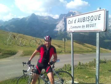El ciclista Óscar Bautista, tras coronar el Col d´Aubisque.