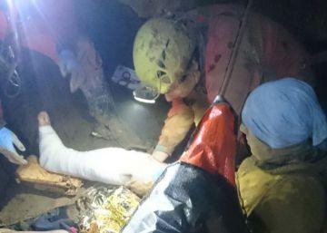 Rescatado de una cueva de Zestoa un espeleólogo con fracturas en las piernas