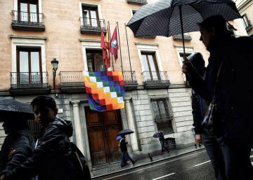 El Ayuntamiento de Madrid cuelga una bandera indígena para conmemorar el 12 de octubre