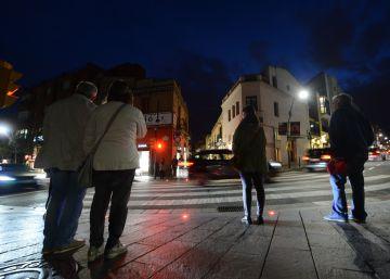 Sant Cugat coloca semáforos en el suelo para los peatones 'zombis'